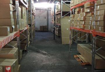 מדפים תעשייתיים במחסן