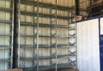 תמונות של מדפים מפרויקטים במחסן