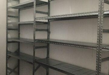 תמונות של מדפים מפרויקטים במחסן בשורה