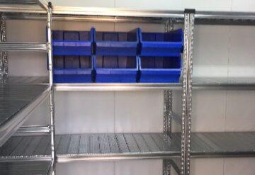 תמונות של מדפים מפרויקטים במחסן עם תאי אחסון