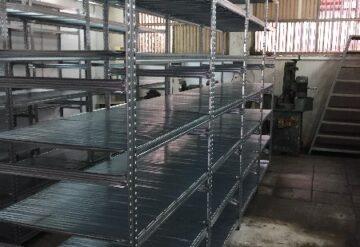 תמונות של מדפים מפרוייקטים במחסן
