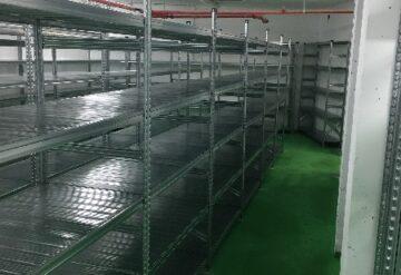 תמונות של מדפים במחסן