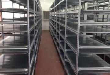 2 מדפים מודולריים במחסן