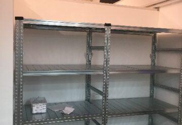 תמונות של מדפים מודולריים במחסן בזוית