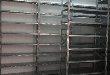 תמונות של מדפים מודולריים במחסן בשורות