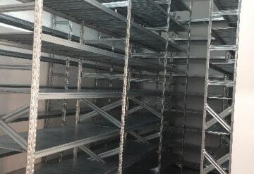 מדפים מודולריים במחסן בשורות