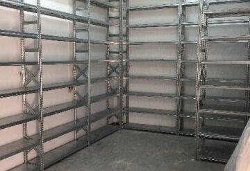 תמונות של מדפים במחסן אחד לצד השני
