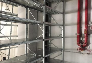 מדפים במחסן עם מדפים בגובה