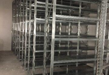 מדפים למחסן בשורה ובגובה