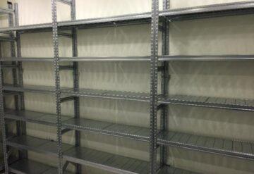 מדפים מודולריים למחסן צמוד לקיר