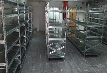 מדפי מתכת לפי מידה עבור מחסן מסודרים בשורות