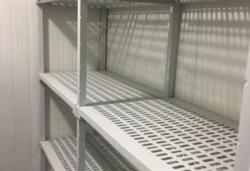 מדפים מותאמים לחדרי קירור צבע לבן בשורה ישרה