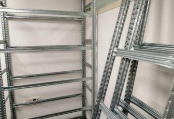 היערכות לבניית מדפים ממתכת במחסן