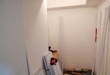 תהליך בניית מדפי קיר למחסן
