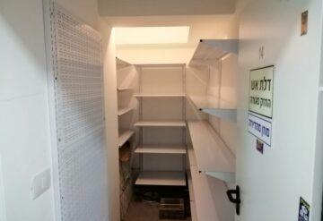 התקנת מדפי קיר למחסן בבית משותף