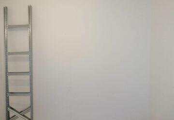שלבי בניית מדפים מודולאריים למחסן ביתי