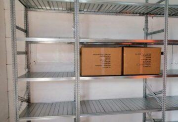 מדפים למחסן חירום עם ארגזים