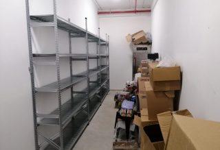 מדפים מודולאריים במחסן של פיצרייה USA