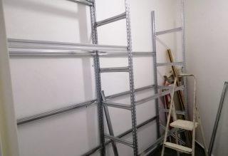 שילוב של מדפי קיר לבנים ומדפים מודולאריים