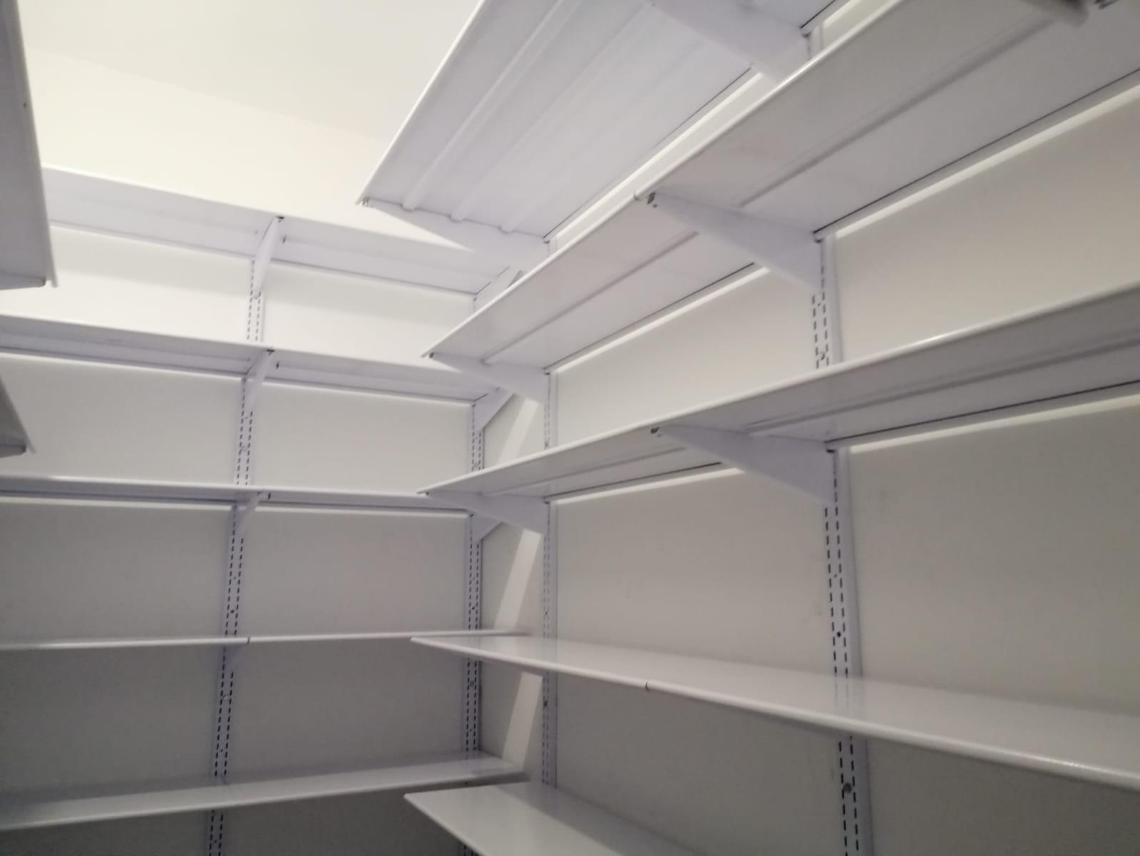 מדפי קיר לבנים למחסן ביתי