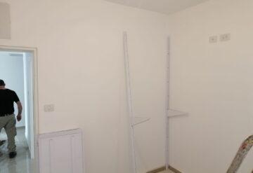 מדפי קיר בצבע לבן בחדר - דוגמא 5
