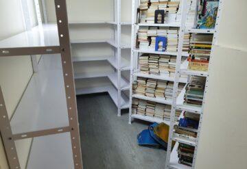 מדפי מתכת לבנים במחסן דוגמא 2
