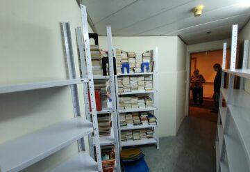 מדפי מתכת לבנים במחסן דוגמא 1