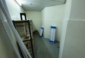מדפי מתכת לבנים במחסן דוגמא 4